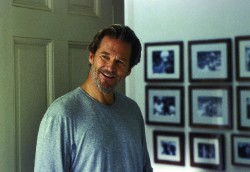Ted Cole (Jeff Bridges) ausnahmsweise mal ohne Alkohol in der Hand. Im Hintergrund: Die Bilder, die das emotionale Epi-Zentrum der Familie sind