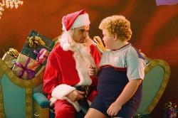 Willy (Billy Bob Thornton) beschimpt gern Kinder auf seinem Schoß...
