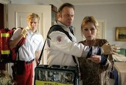Im Einsatz als Rettungsassistenten:Crash (Matthias Schweighöfer, l.) und sein Kollege Fido (Hans-Gregor Kremp, m.)