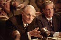Der Ausschussvorsitzende Senator Brewster (Alan Alda)