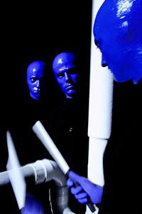 Für die Blue Man Group wurden extra PVC-Instrumente entworfen. Für jede Show stehen über 60 Trommeln und Rhytmusinstrumente zur Verfügung
