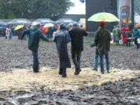 Regenjacken + tanzende Menschen = Haldern 2005