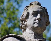 Johann Wolfgang Goethe - dieses Denkmal zu Ehren Goethes steht in Berlin. In Weimar befindet sich ein Denkmal mit den Freunden Schiller und Goethe