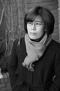 Lee Hye Kyoung wird 1960 geboren und ist das jüngste von acht Kindern. Sie wächst in der Provinz Chungnam auf. Mit 22 Jahren schrieb sie, als Studentin, ihr erstes Buch. Mittlerweile ist sie 45 Jahre alt.  Für ihr Werk ?Das Haus auf dem Weg? erhielt sie mehrere Literaturpreise, darunter den LiBeraturpreis in Detuschland. Ihr zentrales Thema  ist die ?Familie? in der modernen koreanischen Gesellschaft.