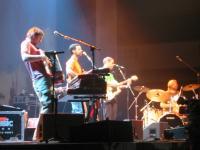 Jack Johnson mit Band und Dan Lebowitz auf der Bühne in Frankfurt