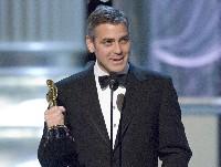 So lässig sieht kaum jemand im Smoking aus: George Clooney bei der diesjährigen Oscar-Verleihung mit dem begehrtesten goldenen Kerlchen Hollywoods