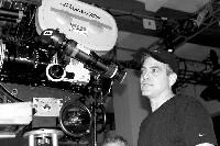 """Clooney als Regisseur bei der Arbeit an """"Good Night and Good Luck"""", passend zum Film in Schwarz-Weiß"""