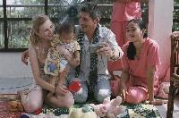 Momente des ersten zarten Glücks: Geraldine und Pierre mit Lola im Waisenhaus