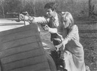 Bonnie ((Faye Dunaway) und Clyde (Warren Beatty) schießen sich den Weg frei