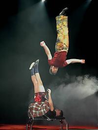 Pressefoto:Gewagte Turnübungen im Circus Flic Flac.