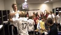 Party on: Die Mannschaft beim feiern in der Kabine nach dem Sieg gegen Polen in allerletzter Sekunde
