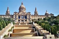 """Nachts finden in Barcelona vor dem """"Palau National"""" Wassersiele statt."""