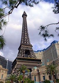 Paris liegt in der Wüste: mit Themenhotels wie dem Bellagio oder Ceasar's Palace will sich Las Vegas seinen Standort der Superlative sichern