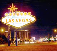 Las Vegas lockt mit dem welbekannten Willkommensschild. Eins der beliebtesten Fotomotive der Stadt.