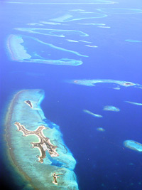 Aus der Luft ? inmitten des Ozeans erscheinen die kleinen Inseln der Maldiven. Davon gibt es über 1100, bewohnt sind nur etwa 200