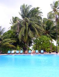 An diesem Pool arbeitet der Kellner Sultan zehn Stunden am Tag. Das Wochenende ist nie frei ? nur alle paar Monate hat er rund zehn Tage Urlaub, die er jedoch meistens auf der Insel verbringt