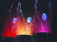 Die Show der Blue Man Group besteht aus Musik, Comedy und unzähligen anderen Elementen. Der Blue Man drückt seine Gfefühle durch eine Explosion von Farbe und Klang aus