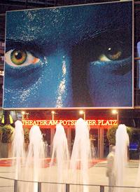 Im Theater am Potsdamer Platz in Berlin eröffnete im Mai 2004 die erste Produktion der Blue Man Group außerhalb der USA