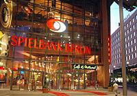 Im Jahre 2003 war die Spielbank Berlin zum ersten Mal die umsatzstärkste Spielbank Deutschlands. Menschen, die in Spielbanken gehen suchen zuerst nur den Nervenkitzel, bedenken jedoch nur selten, dass auch Spielen zur Gefahr werden kann