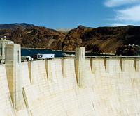 Die Staumauer hat eine untere Breite von 201 Metern und somit selbst für amerikanische Verhältnisse eine beachtliche Größe