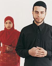 Ein Paar in traditioneller muslimischer Kleidung