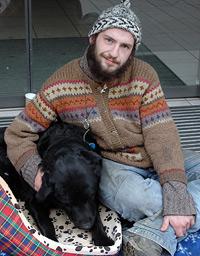 Benny und sein Hund Brokkoli. Dieser und sein zweiter Hund Kawumm haben die meiste Bedeutung für den Obdachlosen