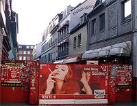 Die Herbertstraße in Hamburg. Hier sitzen Prostituierte in Schaufenstern und versuchen Freier von sich zu überzeugen