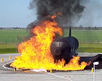 Binnen von Sekunden setzt der Simulator die Fläche um die Flugzeug-Attrappe in Brand