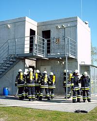 Im Brandhaus wird das Löschen verschiedener Wohnungsbrände, die denen im Innenbereich eines Flugzeuges ähneln, geübt.