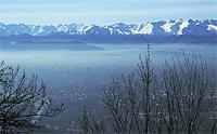 """Blick über Turin von der """"Basilica di Superga"""". Die Stadt ist von einer Gebirgskette der Alpen umgeben"""