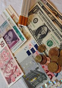 Euro, US-Dollar und Tschechische Kronen. Nicht mehr genutzt werden die Deutsche Mark sowie die Zigarettenwährung
