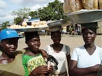 Die Welt auf dem Kopf: Eier- und Brotverkäuferinnen in Cape Coast