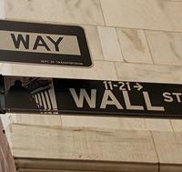 Die Wall Street in Manhattan, New York. Hier befinden sich sowohl die größte Wertpapierbörse, als auch das größte Goldreservat der Welt