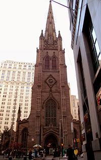 Die Trinity Church am Ende der Wall Street. Auf dem Friedhof der Kirche liegt unter anderem der erste Finanzminister der USA begraben. Bis 1806 die Kirche das höchste Gebäude der Stadt
