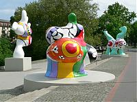 Die Frauenskulpturen der französischen Künstlerin Niki de Saint Phalle werden Nanas genannt.