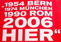 Mit diesem Spruch bewirbt ein bekannter Getränkehersteller und Sponsor die Fußball-Weltmeisterschaft am Potsdamer Platz in Berlin
