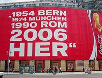 Coca-Cola-Werbung am Potsdamer Platz in Berlin