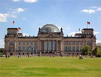 Der Bundestag in Berlin - auf dieser Grünanlage steht nun ein von Adidas erbautes Mini-Olympiastadion