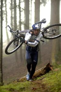 Die Mountainbiker müssen ihr Bike nicht nur fahren, sondern auch tragen...