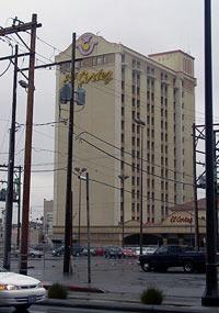 Bittere Enttäuschung: Ein ähnliches Hotel hat das Reisebüro für Annettes und Ralfs Flitterwochen reserviert. Nur eine Online-Buchung auf eigene Faust hat für eine bessere Unterkunft gesorgt