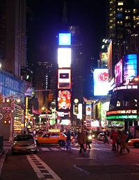 Der Times Square bei Nacht mit seinen unzähligen Reklametafeln