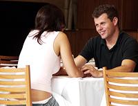 Ein Flirt kann eine gut laufende Kommunikation zweier Menschen sein, die sich erstmals begegnen